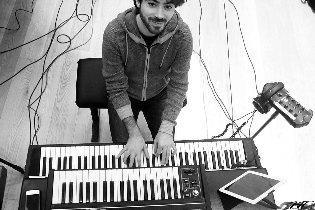 Greg Aguilar jouant du Rhodes, en studio avec Offground Tag