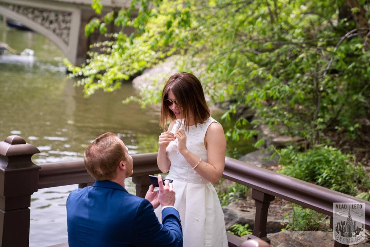 Photo Proposal in front of Bow bridge in Central Park. | VladLeto
