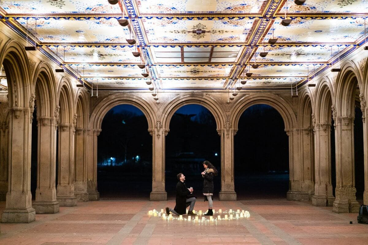 Photo Marriage Proposal at Bethesda Terrace in Central Park. | VladLeto