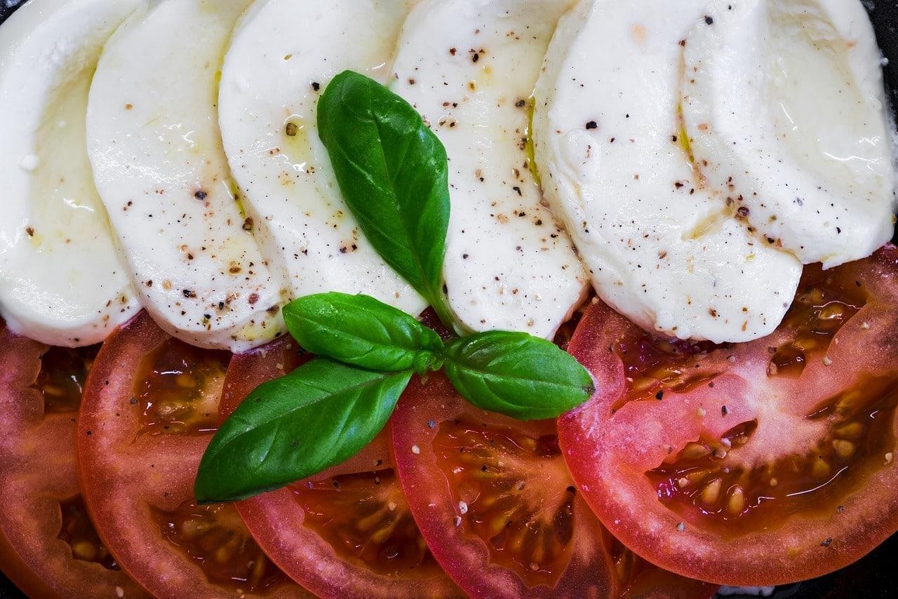 insalata caprese di mozzarella di bufala e pomodori