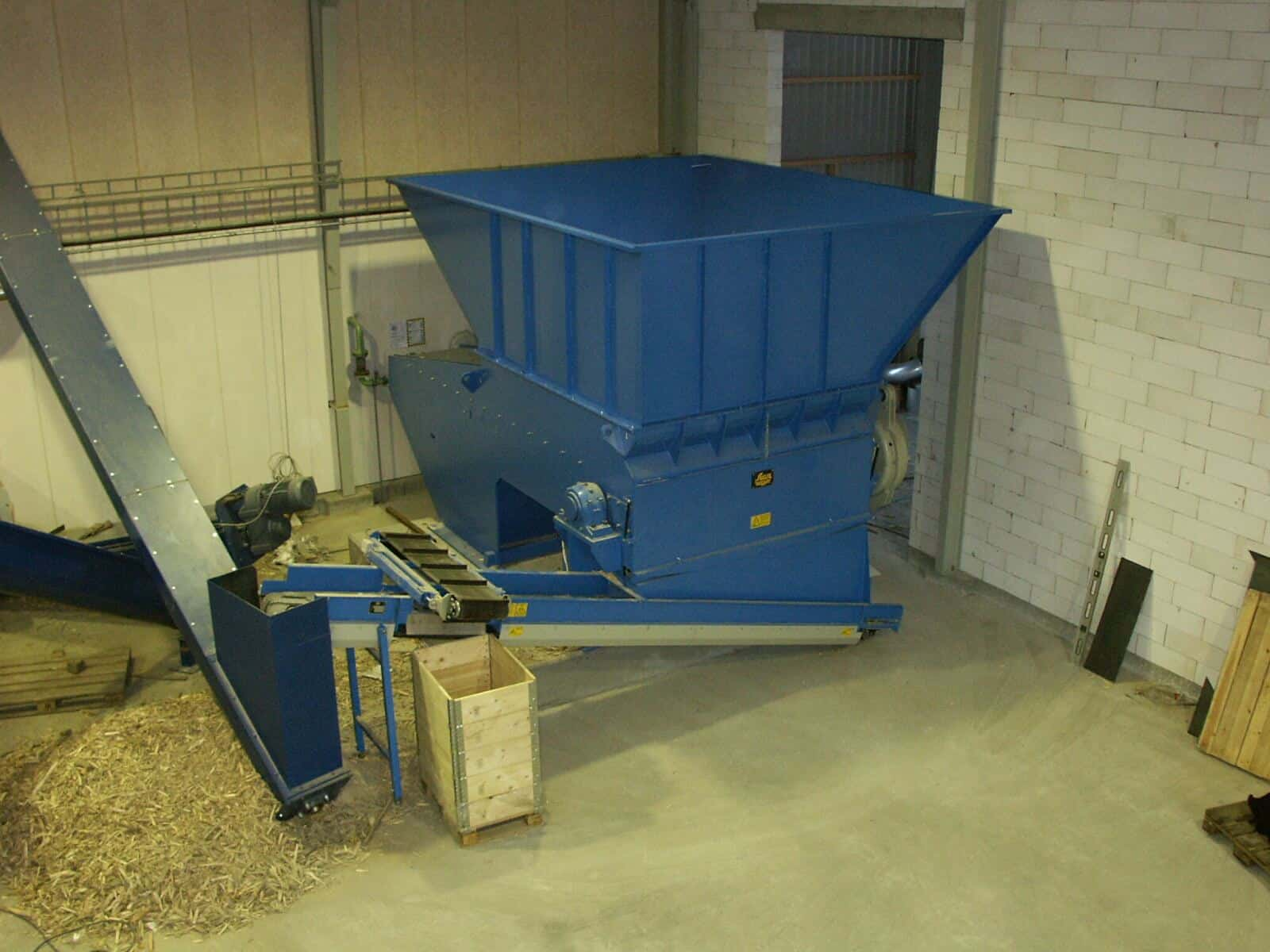 Scanhugger HL 2/22/30 at production facility with band conveyor, oveband magnet at auger conveyor with small silo