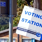 Sign pointing to a voting station