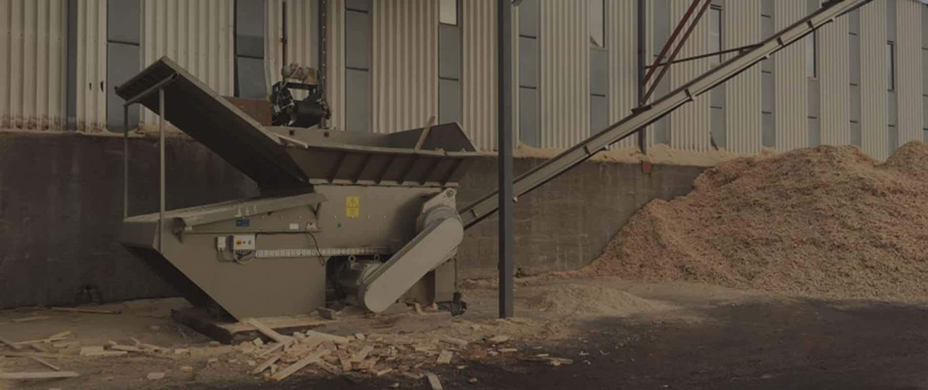 Scanhugger at woodworking plant with band conveyor and wood chips