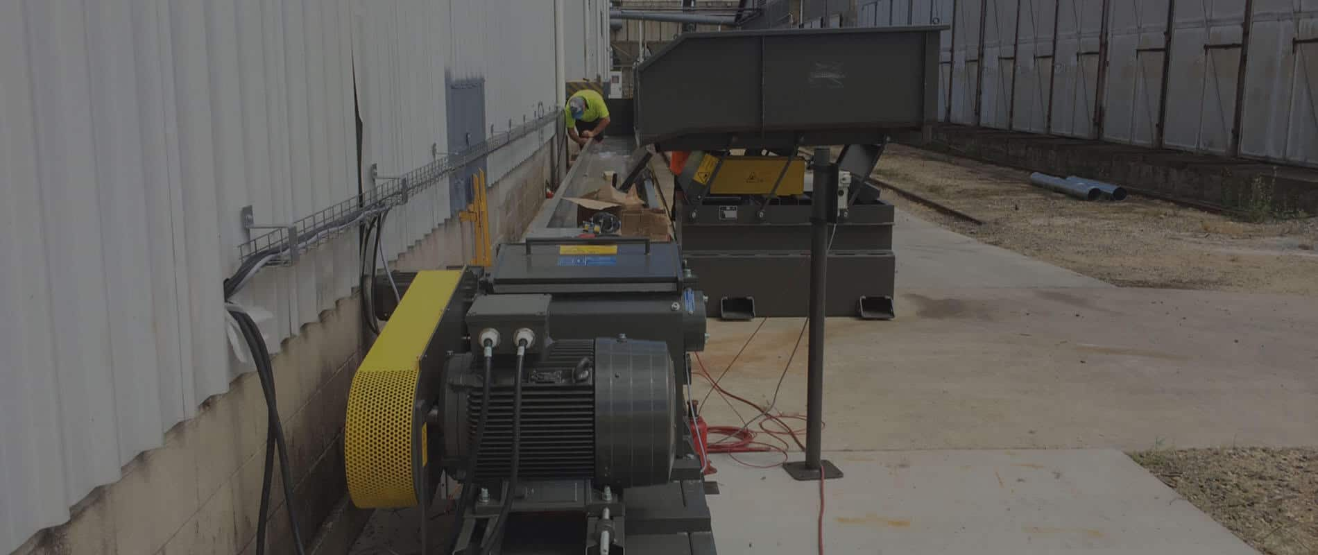 Scanhugger wood chipper and vibration conveyor