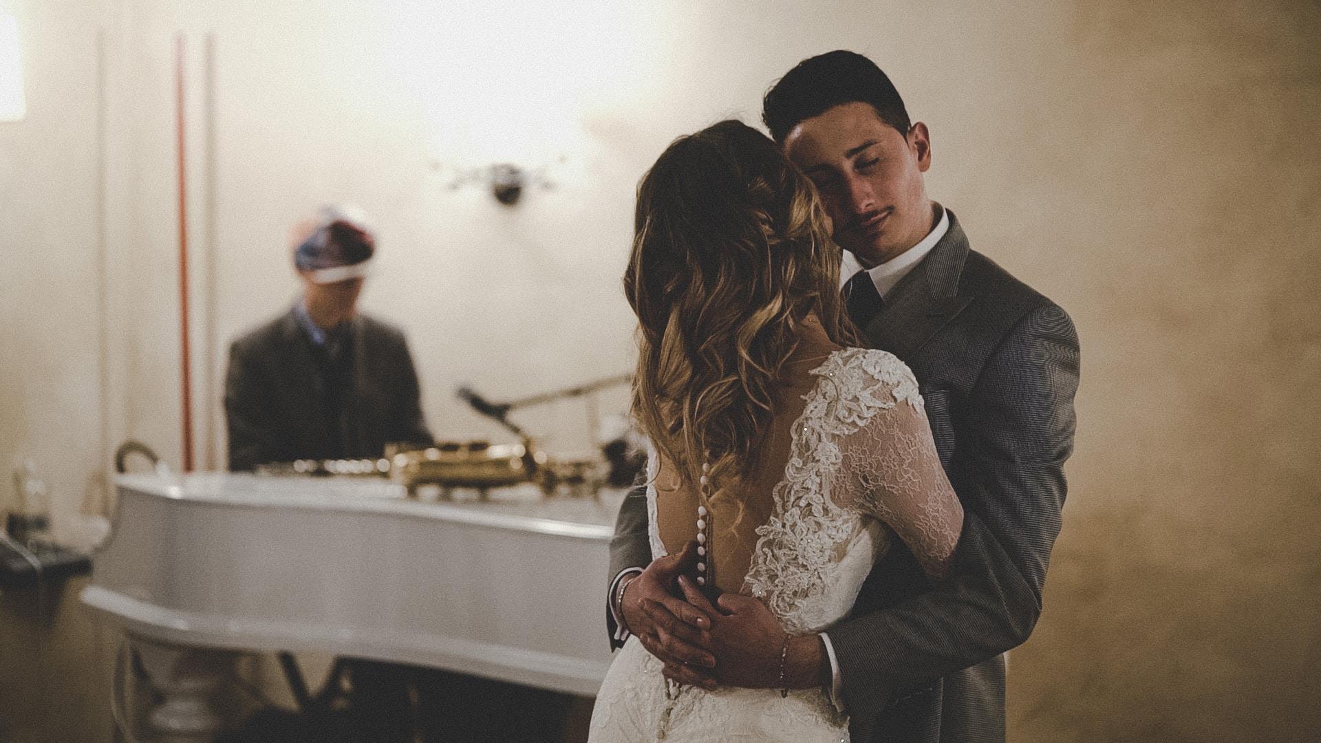sposi che ballano alla musica del pianoforte