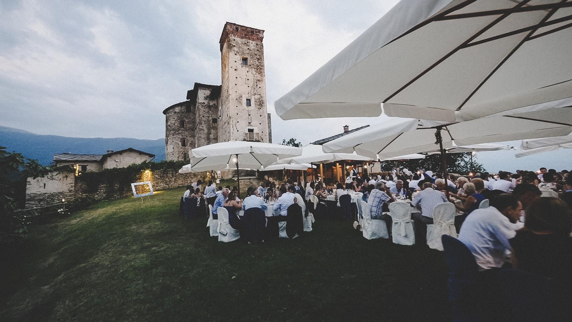 cena all'aperto di un matrimonio