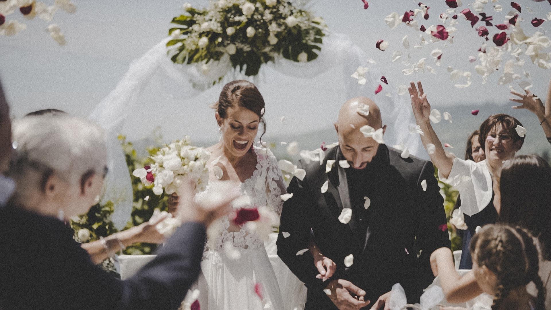lancio dei petali durante un matrimonio