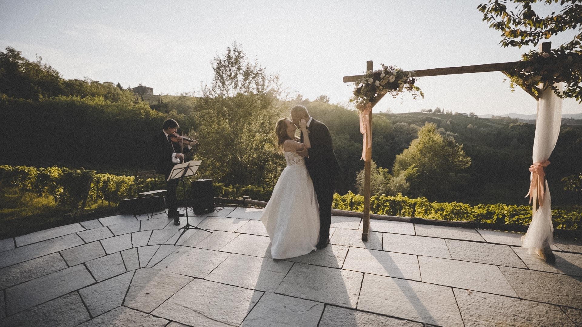 sposi ballano al suono del violino