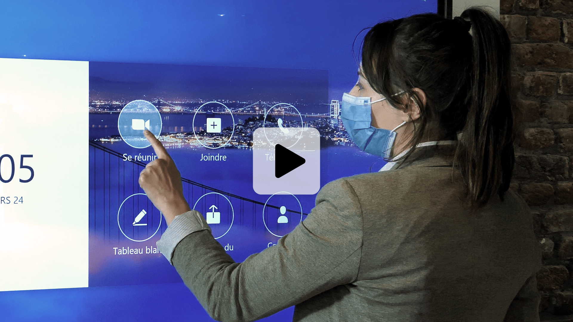 vidéo d'une réunion à distance faite sur Zoom Rooms avec un écran interactif Clevertouch et une caméra Jabra