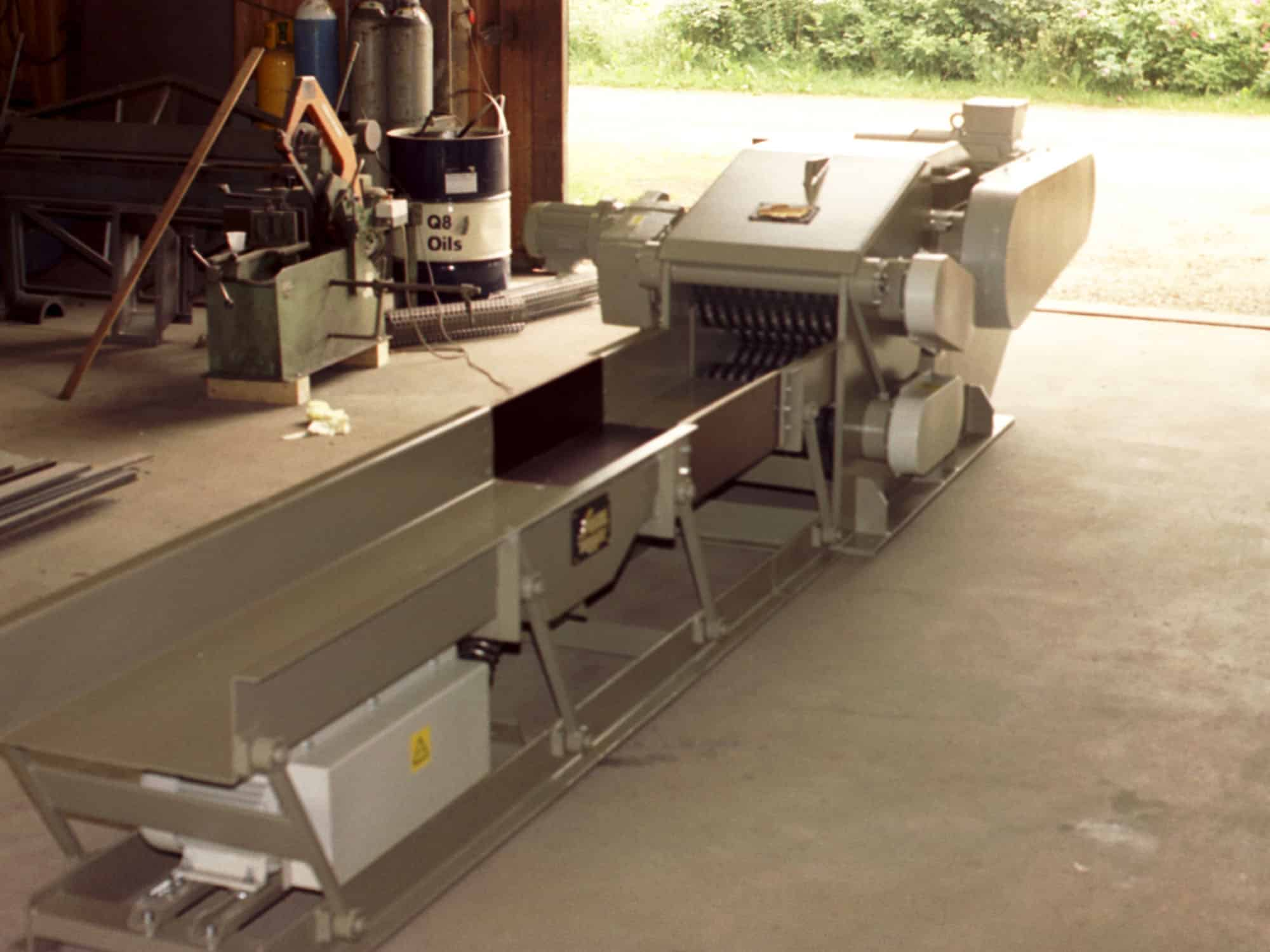 Scanhugger wood chipper with vibration conveyor with oil-drum in background