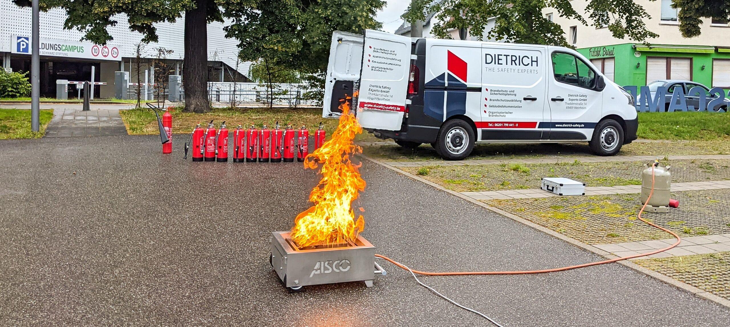 Praktische Übung der Brandschutzhelfer-Untweisung.