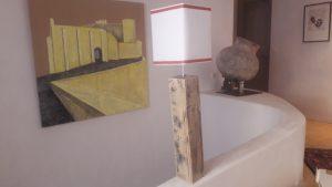 Abat-jour rectangulaire en hauteur avec un tissu en voile de bateau et biais textile cuivré et pied de lampe en bois fait avec des palettes
