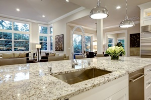 Tipp zum Bau verrät Ihnen, wieso sich Naturstein in der Küche besonders lohnt.