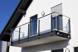 Verglaste Balkone sind ein echter Hingucker. Finden Sie die richtigen Glaselemente mit Tipp-zum-Bau.