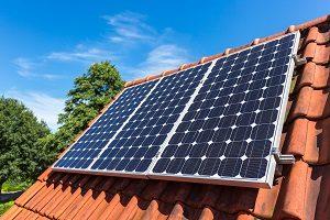 Warum die Verwendung von Solarzellen für den Betrieb von Dachfenster-Rollläden geeignet ist, erfahren Sie bei Tipp-zum-Bau.