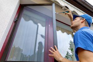 Die Montage von Insektenschutz am Fenster ist oft einfach. Mehr dazu erfahren Sie auf Tipp zum Bau.