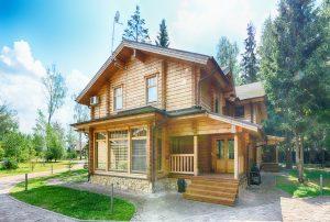Tipp-zum-Bau berät Sie beim Kauf Ihres Fertighauses. Ein beliebter Haustyp ist das Blockhaus.