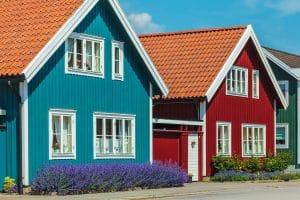 Die richtige Oberflächenbehandlung schützt Ihre Holzfassade vor Wind und Wetter. Welches Produkt ist das richtige: Tipp zum Bau berät.