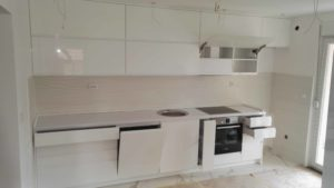 bela kuhinja sa ugradnim elementima