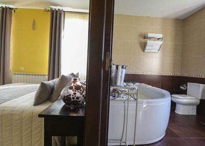Baño con jacuzzi en la habitación suite de la casa rural A Canteira en Vimianzo A Coruña Galicia