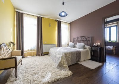 Habitación suite con baño y jacuzzi de la casa rural A Canteira en Vimianzo A Coruña Galicia