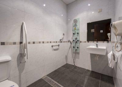 Baño adaptado para personas con movilidad reducida de la casa rural A Canteira en Vimianzo A Coruña Galicia