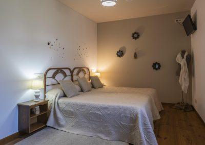 Habitación beige con camas dobles en la planta superior de la casa rural A Canteira en Vimianzo A Coruña Galicia