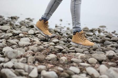 Spacer nad wodą, kamienista plaża