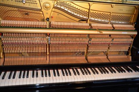 Een piano van binnen met hamers en snaren