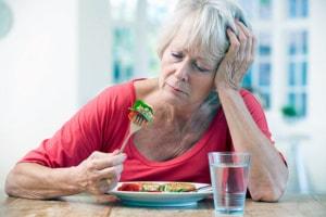 По каким причинам может пропасть аппетит у пожилых людей