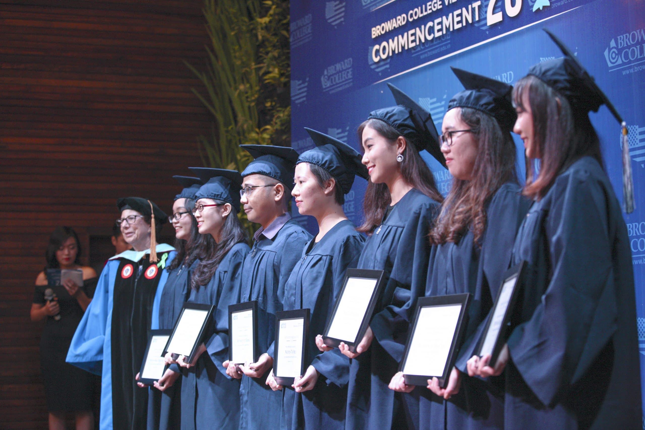 le tot nghiep sinh vien broward college vietnam 3