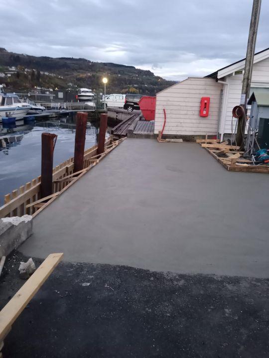 Anleggsarbeidet på Gjestekaien ⛵  Den nye gjestekaien har omsider fått nytt betong dekke.