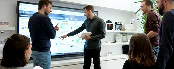 l'écran interactif dans les bureaux et salles de réunion