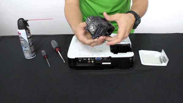 cách thay thế bóng đèn máy chiếu 1
