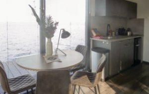 Kleine Küche im außergewöhnlichen Hotel in Nordholland