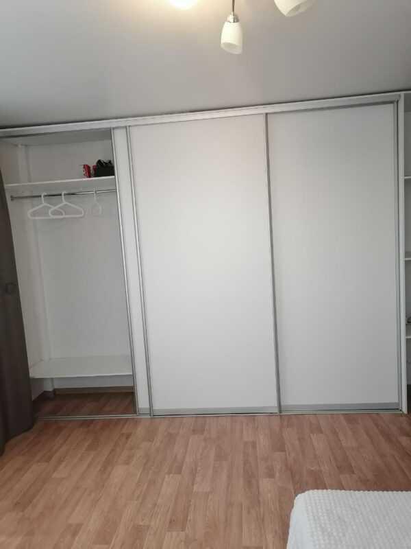 Шкаф-купе белый с ящиками, полками и трубой джокер 2