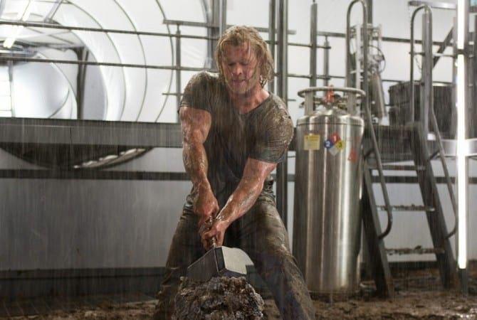 Chris Hemsworth hammer