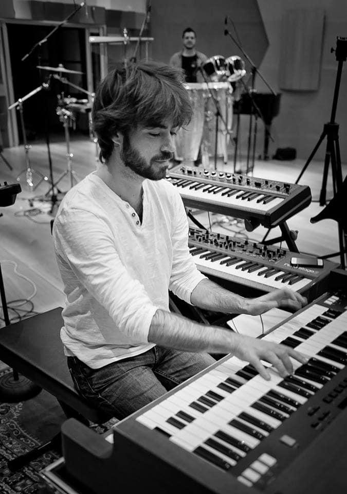 Greg Aguilar à l'orgue, en studio avec Offground Tag