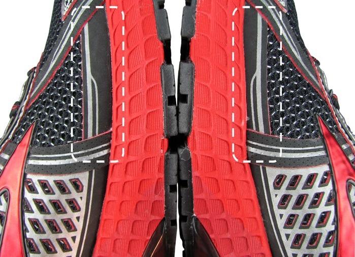 Несоответствие левой и правой пары (брак). Заметьте, насколько наложение на правой кроссовке уже, чем на левой.