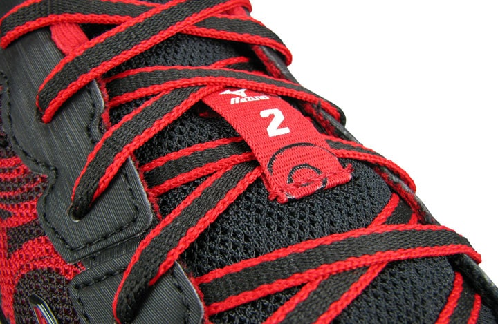 Плоские шнурки над язычком кроссовок Hitogami.