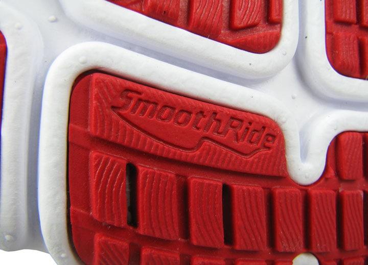 Резиновые плитки лежат внутри полостей межподошвы и не выступают.