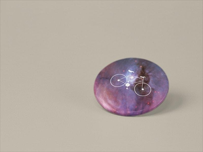 przypinka z rowerem fioletowa