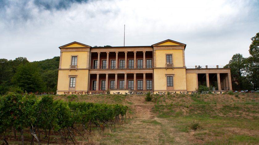 Schloss Villa Ludwigshöhe vom Tal aus gesehen
