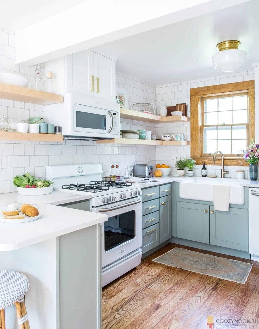 Маленькая угловая кухня с полками