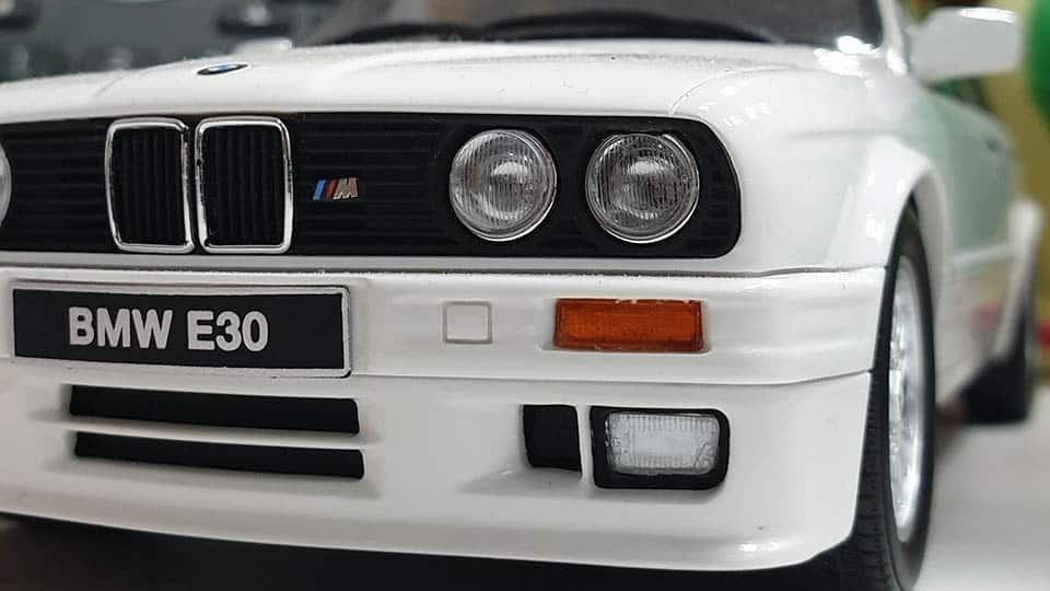 tampak depan BMW E30 warna putih
