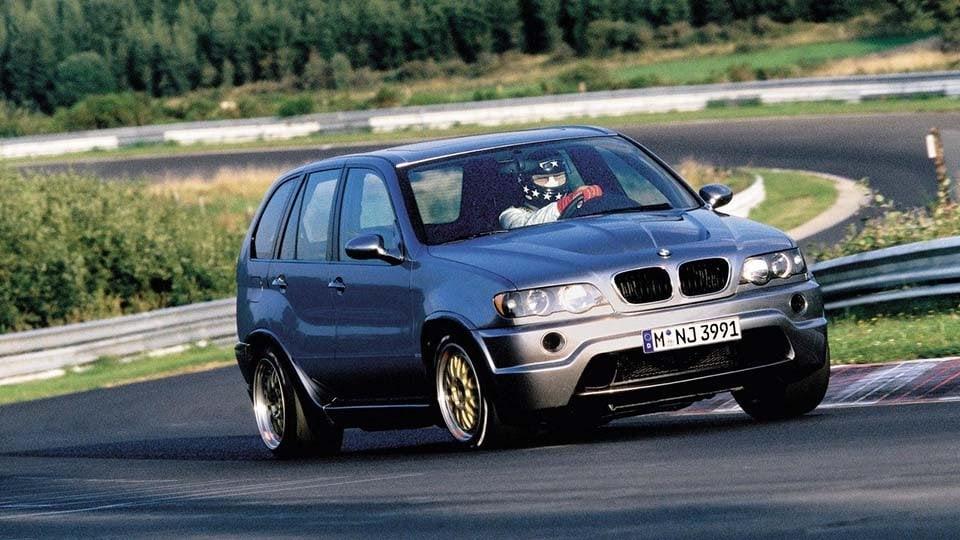 BMW X5 Le Mans dengan pengemudi Hans-Joachim Stuck