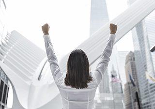 Kobieta podnosi rece w górę