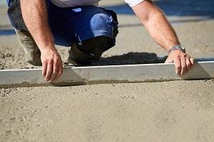 Tipp zum Bau zeigt, wie Sie den Grad der Unebenheit messen.