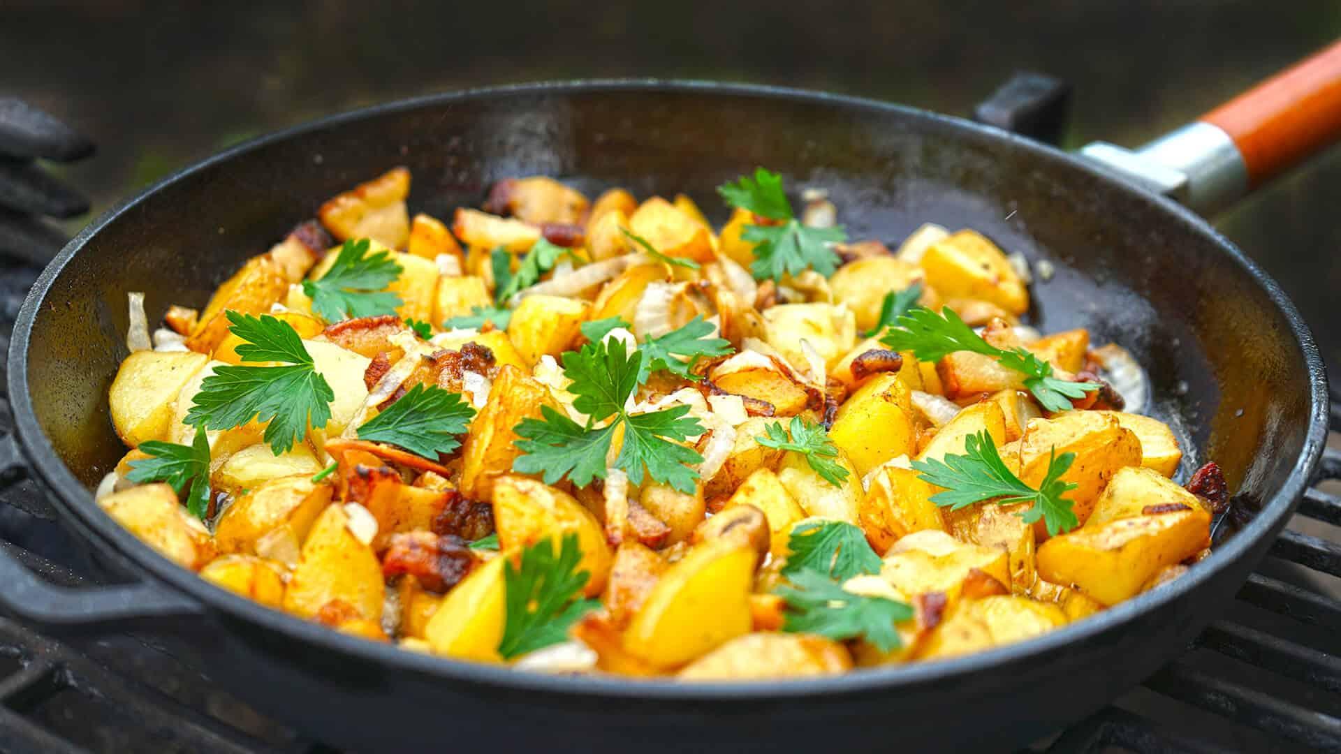 Картофель с яйцами и беконом
