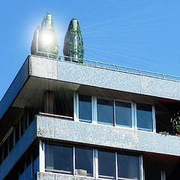 Antennes sur un toit d'immeuble